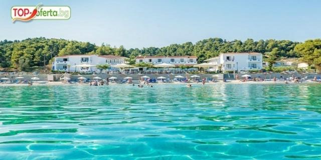 РАННИ ЗАПИСВАНИЯ на брега на морето в хотел Dolphin Beach 3*, Халкидики, Гърция! 5  нощувки на база закуска и вечеря  + Тематични вечери + Басейн +  дете до 13.99 Безплатно!